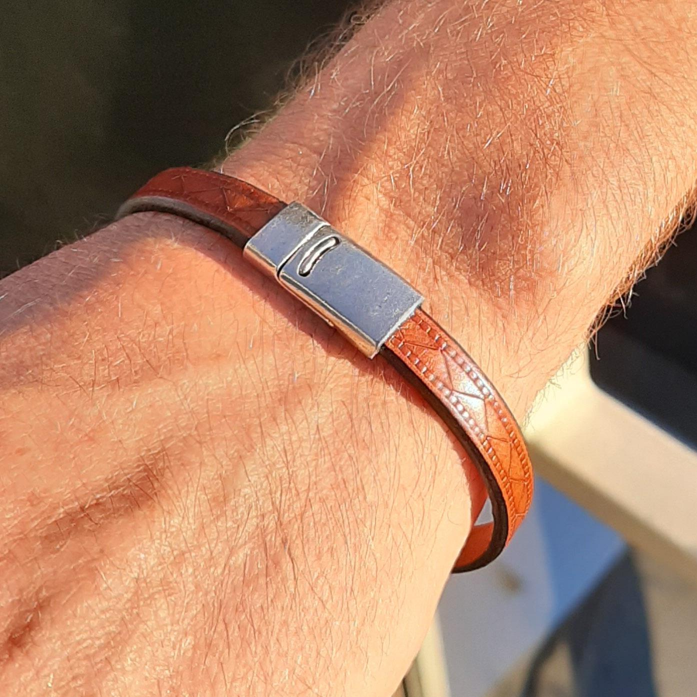 Bracelet cuir motif croisé fermoir étain plaqué argent