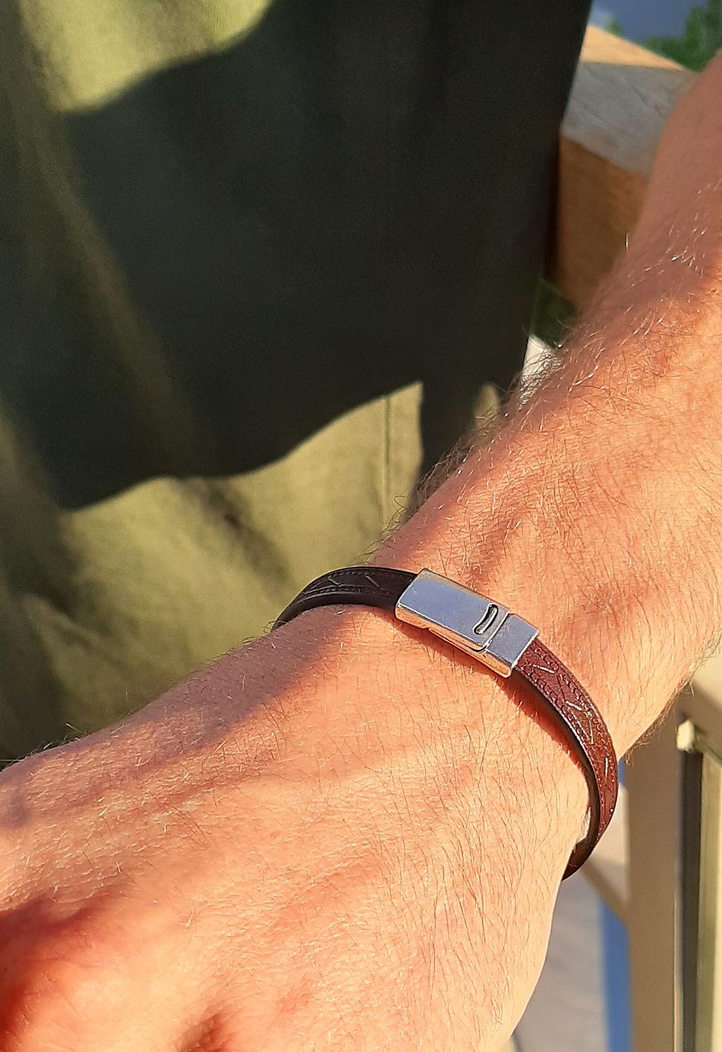 Bracelet en cuir à motif croisé avec un fermoir aimanté en étain plaqué argent