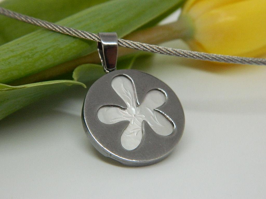 Pendentif médaillon fleur frangipanier nacre argent 925 rhodié noir